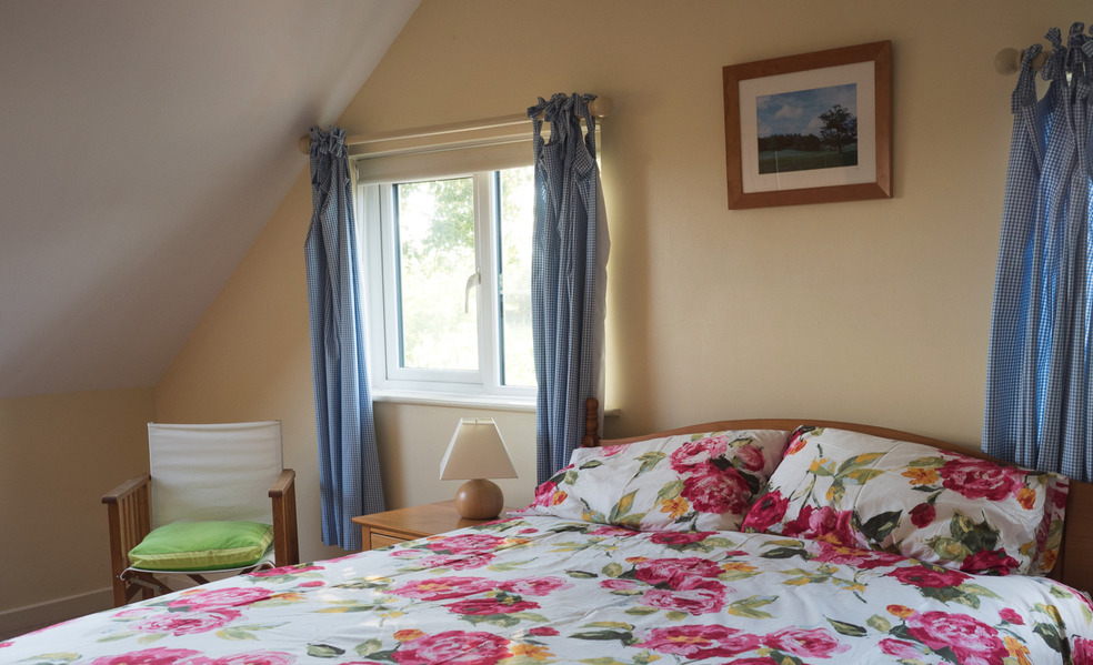 En suite bedroom in Higher Westcott cottage for self catering large groups